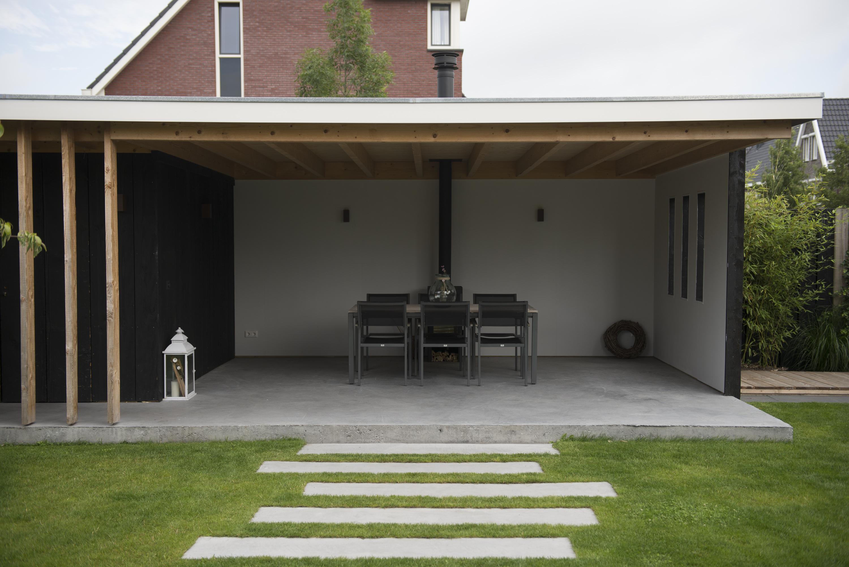 Buitenkant van het huis weergave van entree veranda met wandelpad